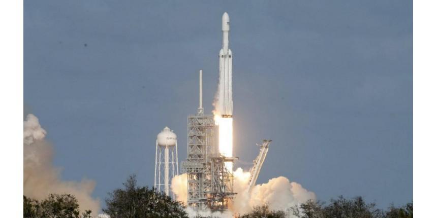Foguete mais poderoso do mundo é lançado para voo teste nos EUA