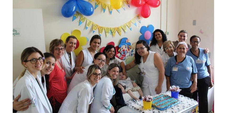 Menino que mora no hospital desde bebê ganha festa surpresa em Marília