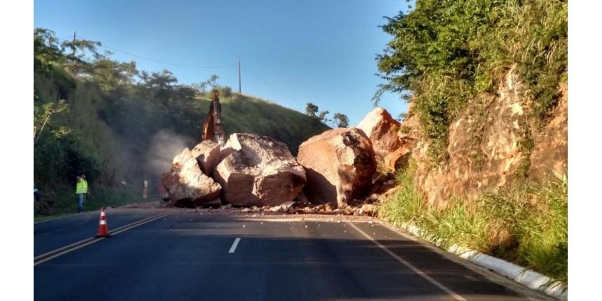 Queda de pedras 'gigantes' interdita rodovia em Marília