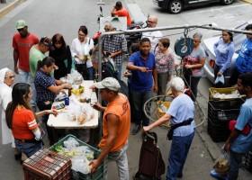 Sem alimentos, 64% dos venezuelanos dizem ter perdido 11 quilos em 2017