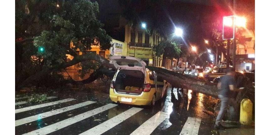 Temporal deixa vários bairros alagados e sem luz no Rio