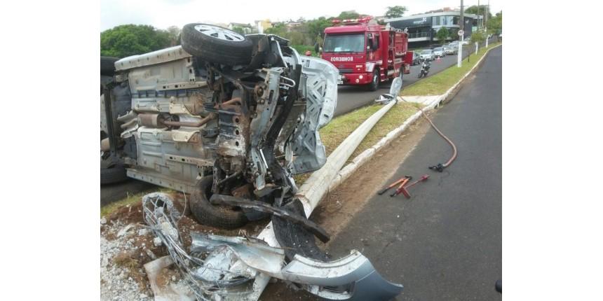 Veículo capotou em plena avenida de Marília