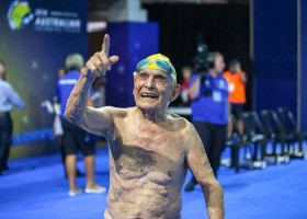 Australiano de 99 anos nada 50m em menos de um minuto