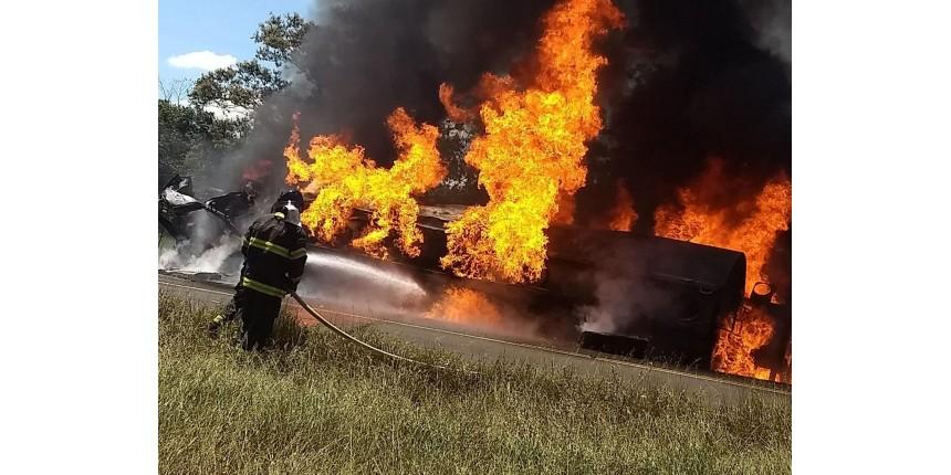 Carreta com combustível tomba em vicinal é consumida pelo fogo