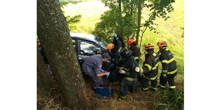 Carro cai em ribanceira após colisão na rodovia entre Marília e Quintana
