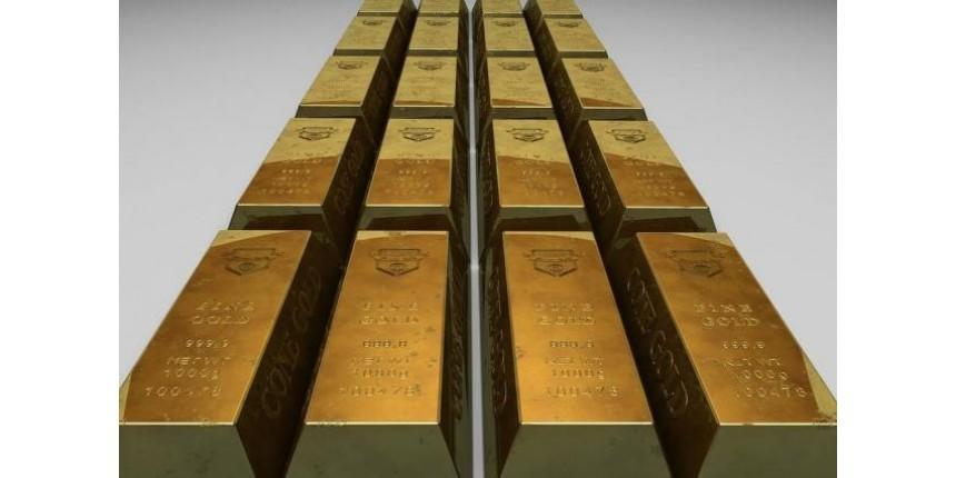 Compartimento de avião se abre e dezenas de barras de ouro caem do céu