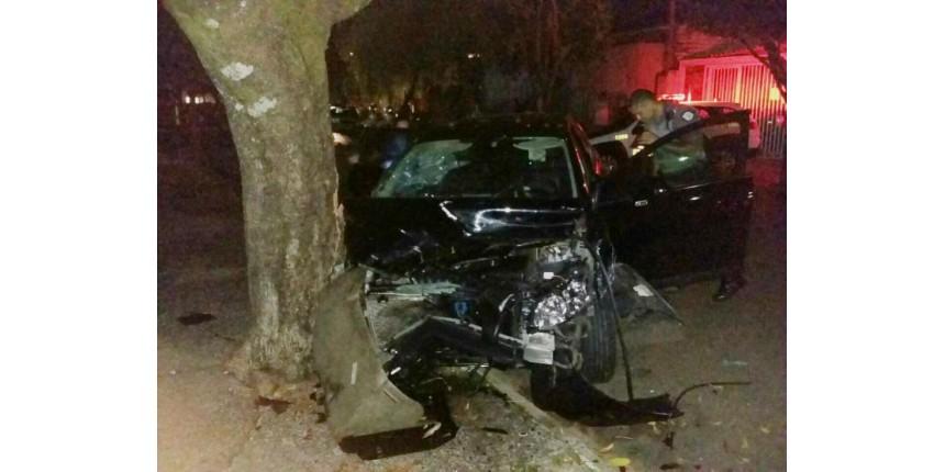 Criminosos atiram em idoso durante assalto, na perseguição batem carro