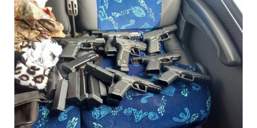 Cuidadora de idosos é flagrada com pistolas, carregadores e munições dentro de ônibus