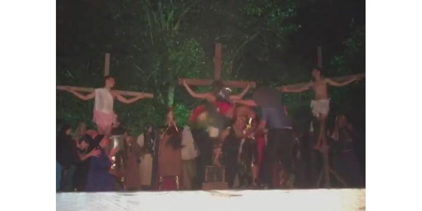 Homem invade encenação da Paixão de Cristo e agride soldado romano com capacete