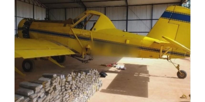 Polícia Federal apreende avião agrícola carregado com tijolos de maconha