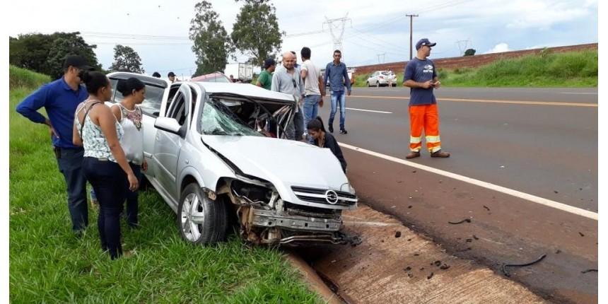 Acidente entre carro e caminhão deixa pessoas feridas em rodovia