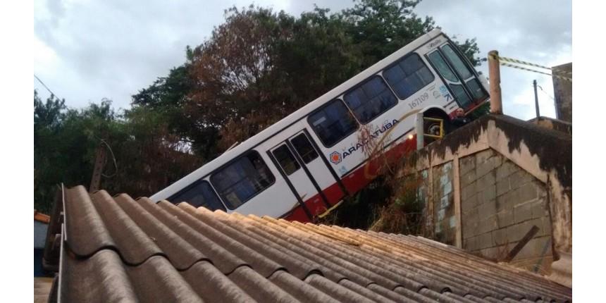 Adolescente furta ônibus, perde controle e cai sobre casa