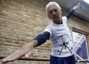 Aos 80 anos, aposentado faz 5 aulas de balé por...