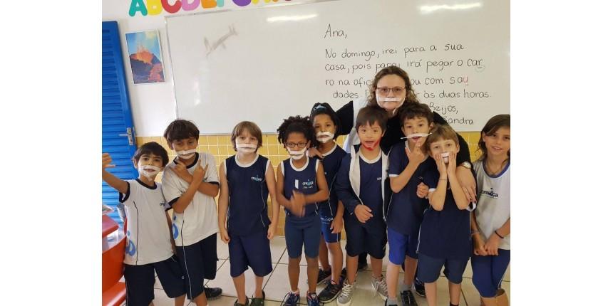 Crianças usam fitas no rosto para que colega com síndrome de Down que faz tratamento 'não se sinta diferente'