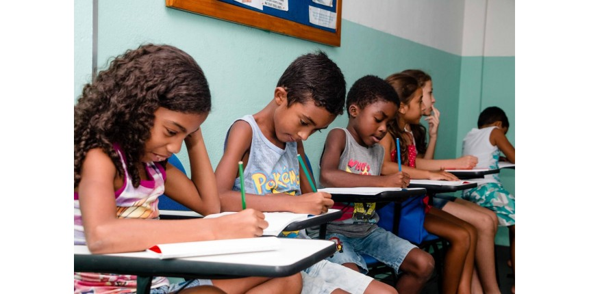 Da Inglaterra, professora cria curso de inglês de graça para crianças e adultos do Alemão, no Rio