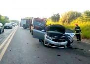 Duas pessoas ficam feridas após carros baterem de frente em...