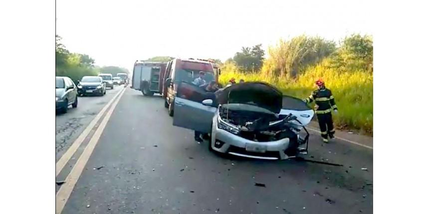 Duas pessoas ficam feridas após carros baterem de frente em rodovia