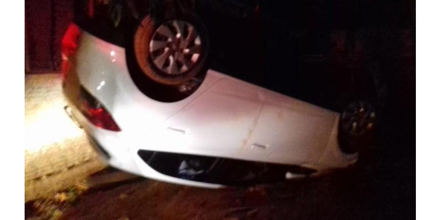 Homem capota carro roubado durante fuga, troca tiros com a PM e acaba morto