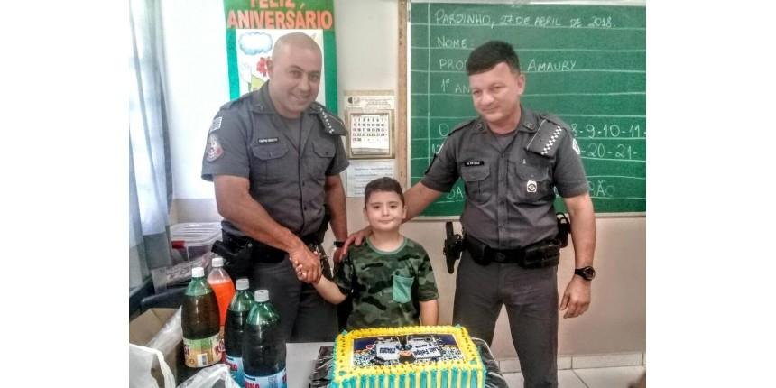 Policiais atendem pedido de pai e participam de festa de menino que sonha ser PM