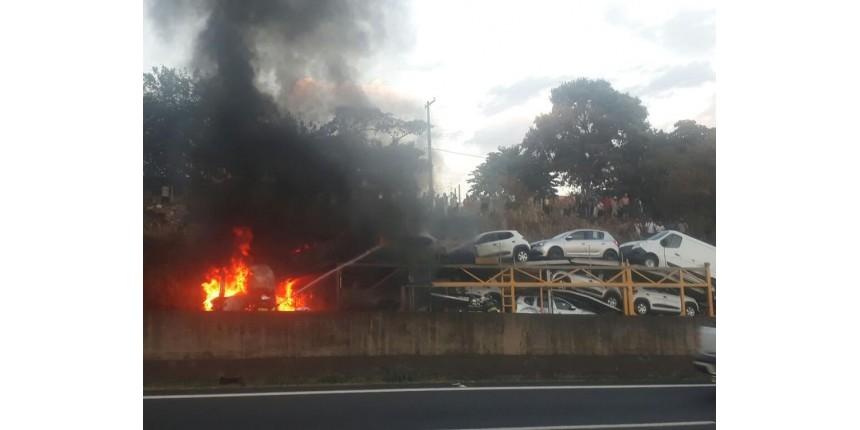 Incêndio em caminhão-cegonha prejudica tráfego na Rodovia