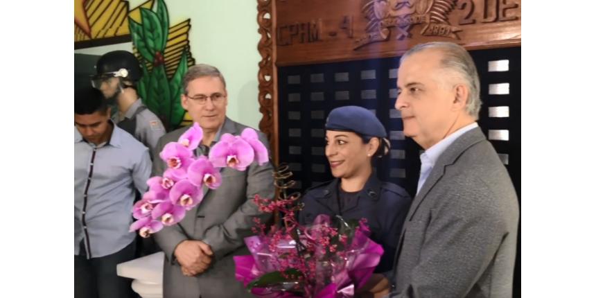 Mãe que impediu assalto na escola recebe homenagem do governador