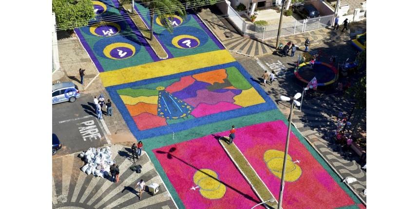 Marília celebra Corpus Christi com tapetes enfeitados