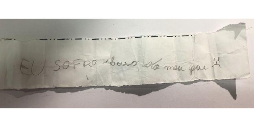 Menina de 11 anos entrega pedido de socorro a amiga de escola: 'Eu sofro abuso do meu pai'