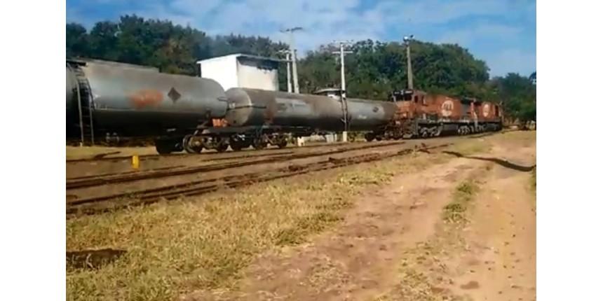 Trem carregado com combustível descarrila após parafusos serem retirados da linha férrea