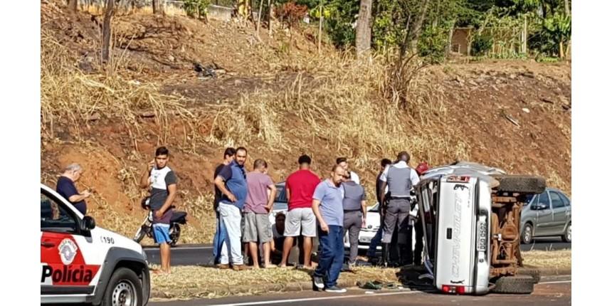 Casal fica ferido após caminhonete tombar em rodovia de Marília