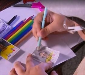 Menino usa a criatividade e faz à mão álbum de...