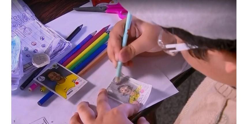 Menino usa a criatividade e faz à mão álbum de figurinhas