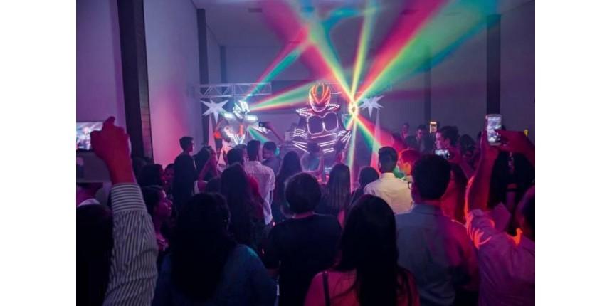 Robôs dançarinos são sucesso em festas infantis
