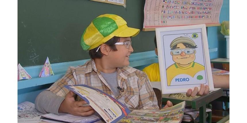 Voluntários se unem para presentear menino que desenhou álbum de figurinhas