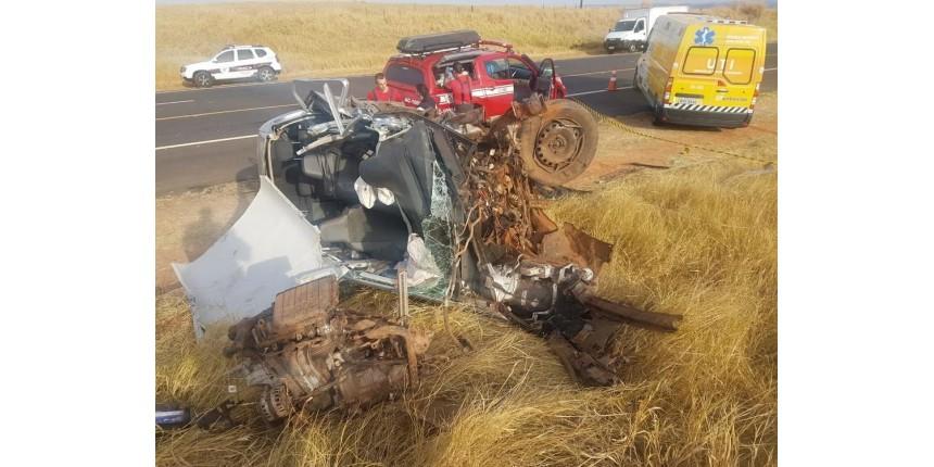Um morto e dois feridos em acidente entre dois carros em rodovia de Marília