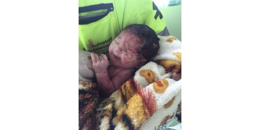 Bebê nasce após mãe ser arremessada de caminhão em grave acidente