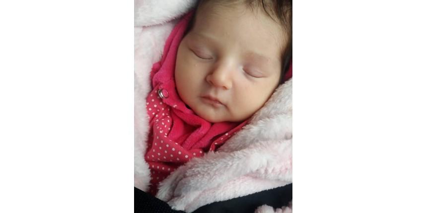 Bebê que nasceu por 'milagre' recebe alta e família de mãe que morreu em acidente o leva para casa