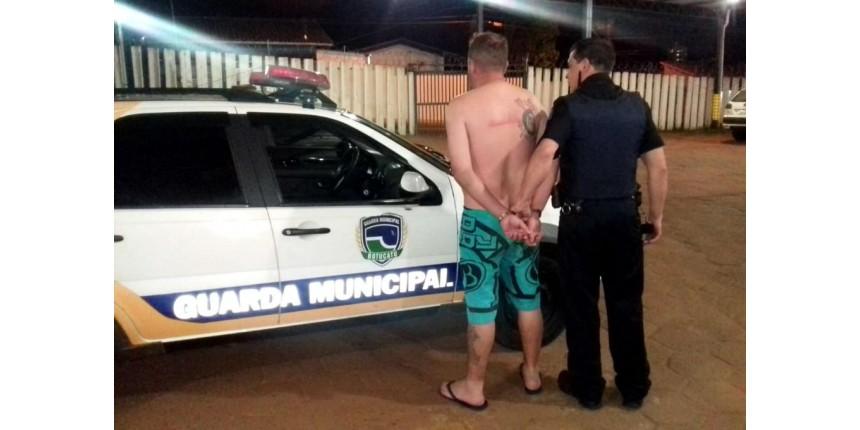 Homem é flagrado sem roupas ao lado de garota de 13 anos e é preso