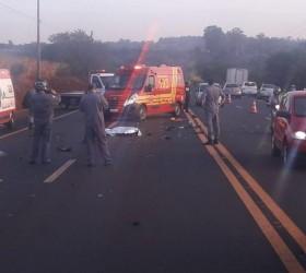 Homem morre após carro atingir moto; motorista fugiu sem prestar...