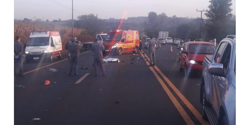 Homem morre após carro atingir moto; motorista fugiu sem prestar socorro