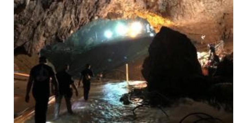 Meninos presos em caverna na Tailândia: equipes de resgate iniciam retirada dos 5 restantes