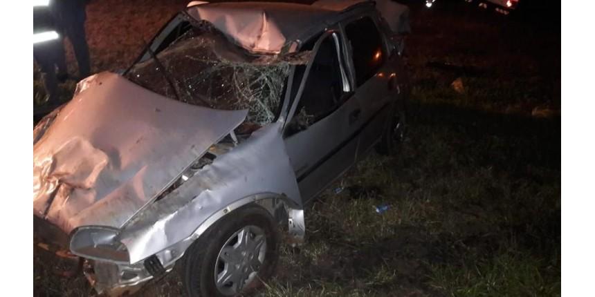 Motorista morre após carro bater em placa e capotar em rodovia
