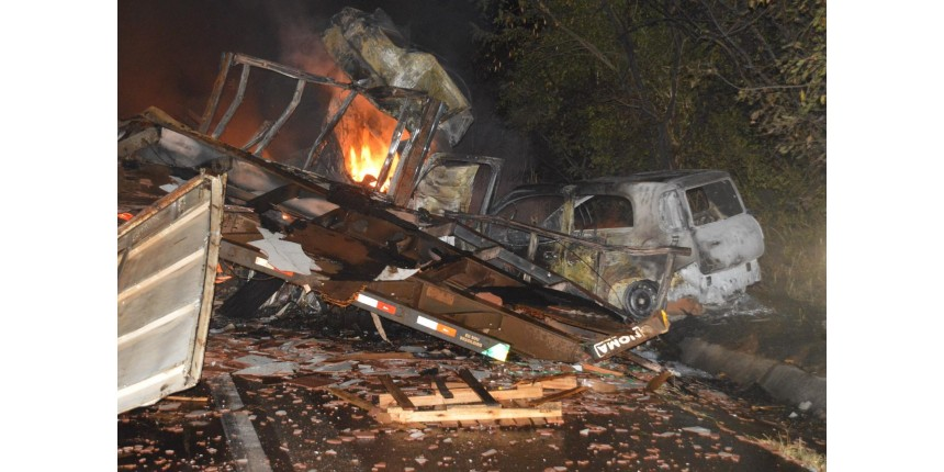 Motorista morre carbonizado em acidente entre carretas