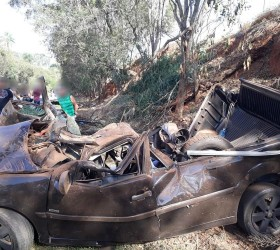 Passageiro morre ao ser arremessado de carro que capotou em...