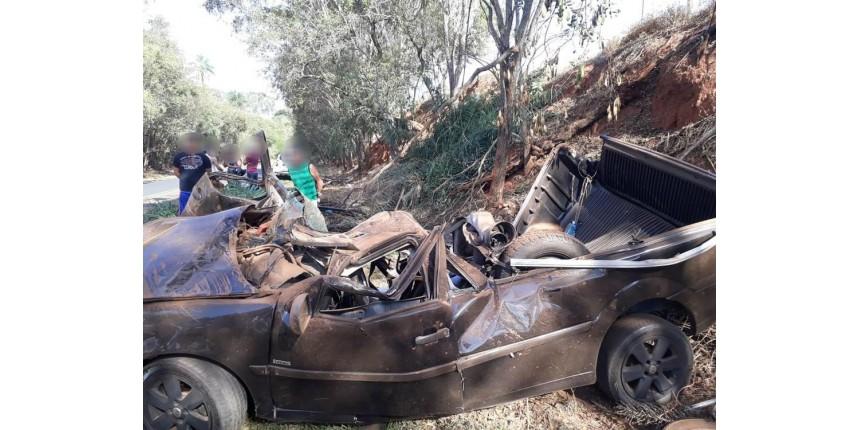 Passageiro morre ao ser arremessado de carro que capotou em estrada de Marília