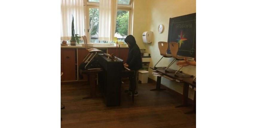 Quando a mesa da professora dá lugar a um piano