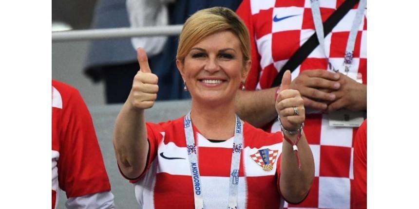 Torcedora uniformizada e viagens do próprio bolso: por que a presidente da Croácia faz sucesso na Copa