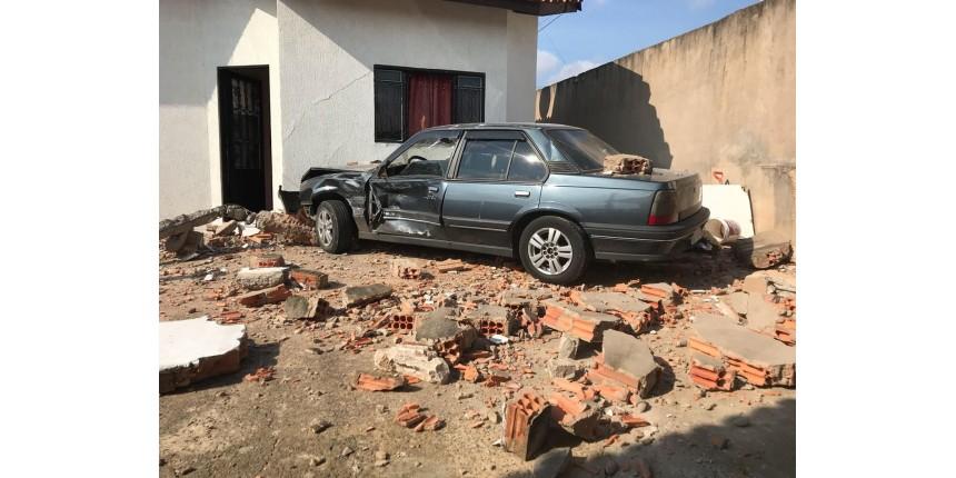 Após batida, carro atropela criança e invade casa