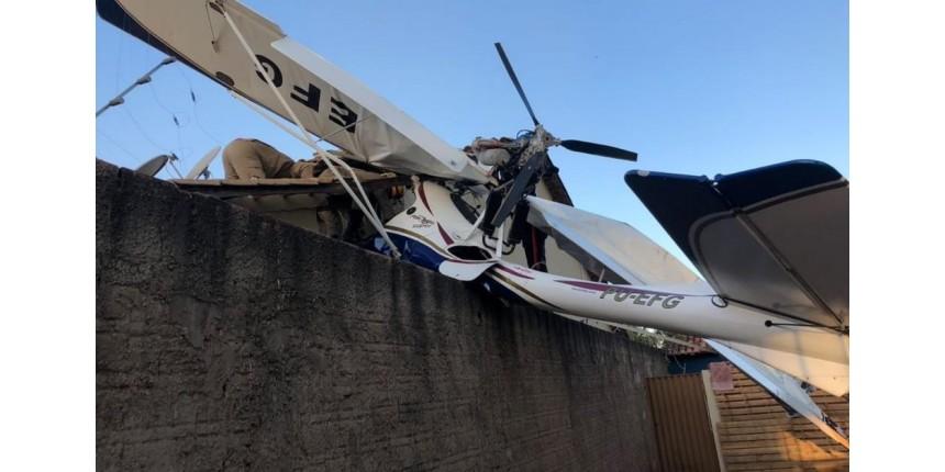Avião cai sobre casa