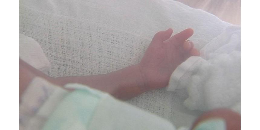 Bebê que nasceu com 800g deve ficar internado por três meses; mãe não sabia da gravidez
