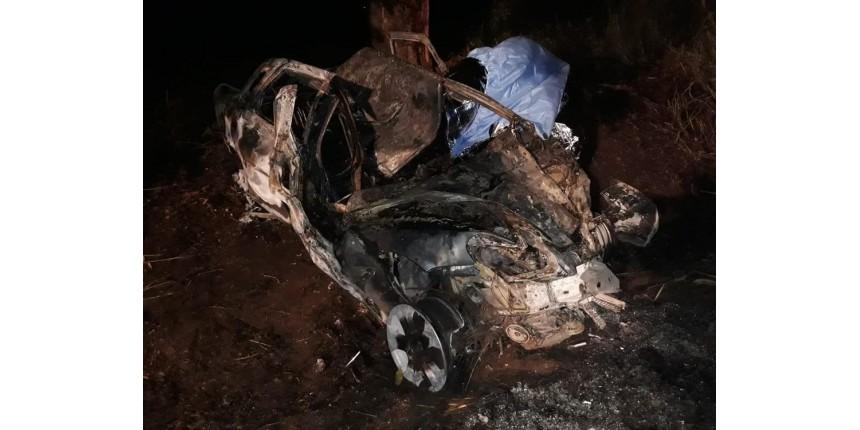 Motorista morre carbonizado após carro pegar fogo ao bater em árvore
